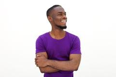 Hombre afroamericano feliz que sonríe con los brazos cruzados Imagen de archivo libre de regalías