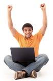 Hombre afroamericano feliz que trabaja en el ordenador portátil fotografía de archivo libre de regalías