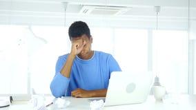 Hombre afroamericano frustrado haciendo papeleo en oficina almacen de metraje de vídeo