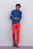 Hombre afroamericano hermoso del cuerpo completo que sonríe con los brazos cruzados Fotos de archivo