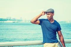 Hombre afroamericano hermoso joven que viaja en Nueva York Imagenes de archivo
