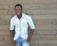 Hombre afroamericano hermoso que sonríe al aire libre Foto de archivo libre de regalías