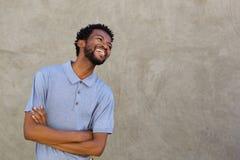 Hombre afroamericano hermoso que sonríe con los brazos cruzados Fotografía de archivo libre de regalías