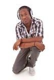 Hombre afroamericano joven con los auriculares - personas negras Fotografía de archivo