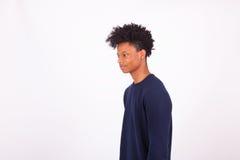 Hombre afroamericano joven feliz aislado en el fondo blanco - Fotografía de archivo