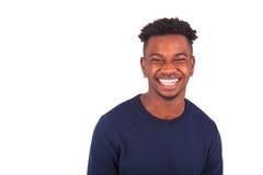 Hombre afroamericano joven feliz aislado en el fondo blanco - Foto de archivo libre de regalías