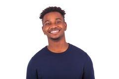 Hombre afroamericano joven feliz aislado en el fondo blanco - Imágenes de archivo libres de regalías