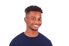 Hombre afroamericano joven feliz aislado en el fondo blanco - Imagenes de archivo