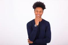Hombre afroamericano joven feliz en el fondo blanco - Fotos de archivo