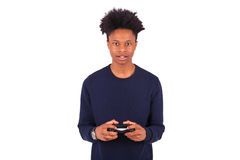 Hombre afroamericano joven feliz que juega a los videojuegos aislados encendido Imagenes de archivo