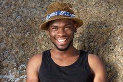 Hombre afroamericano joven hermoso que sonríe con el sombrero Imágenes de archivo libres de regalías