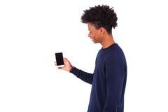 Hombre afroamericano joven que muestra su pantalla del smartphone - Blac Fotografía de archivo libre de regalías