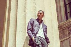 Hombre afroamericano joven que piensa afuera en Nueva York Imagenes de archivo