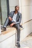 Hombre afroamericano joven que piensa afuera en Nueva York Fotografía de archivo
