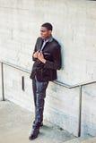 Hombre afroamericano joven que piensa afuera en Nueva York Foto de archivo libre de regalías