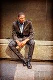 Hombre afroamericano joven que piensa afuera en Nueva York Fotos de archivo libres de regalías