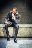 Hombre afroamericano joven que piensa afuera en Nueva York Imagen de archivo