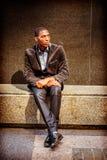 Hombre afroamericano joven que piensa afuera en Nueva York Foto de archivo
