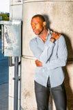 Hombre afroamericano joven que piensa afuera en Nueva York Fotografía de archivo libre de regalías