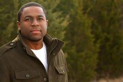 Hombre afroamericano joven que sonríe afuera Imagen de archivo