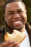 Hombre afroamericano joven que sonríe afuera Imágenes de archivo libres de regalías