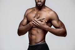 Hombre afroamericano joven que tiene un dolor en el corazón Ataque del corazón foto de archivo