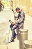 Hombre afroamericano joven que trabaja en el ordenador portátil en vintage Imágenes de archivo libres de regalías