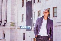 Hombre afroamericano joven que viaja en Nueva York Foto de archivo libre de regalías