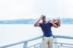 Hombre afroamericano joven que viaja en Nueva York Imagen de archivo