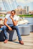 Hombre afroamericano joven que viaja en Nueva York, outsi de pensamiento Imagenes de archivo