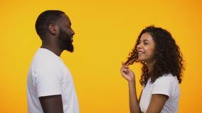 Hombre afroamericano juguetón que liga con la mujer linda, invitando para la fecha romántica almacen de video