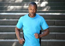 Hombre afroamericano que corre abajo de las escaleras Imagenes de archivo