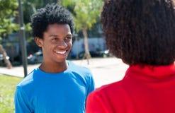 Hombre afroamericano que habla con la mujer Fotos de archivo