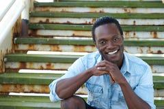 Hombre afroamericano que sonríe al aire libre Imagen de archivo libre de regalías