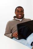 Hombre afroamericano que trabaja en el ordenador Foto de archivo libre de regalías
