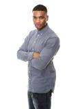 Hombre afroamericano serio que presenta con los brazos cruzados Foto de archivo libre de regalías