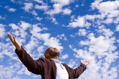 Hombre afroamericano stading afuera con los brazos abiertos Imágenes de archivo libres de regalías
