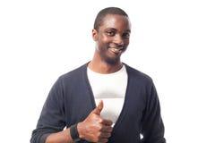 Hombre afroamericano vestido casual con los pulgares para arriba Fotografía de archivo