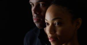 Hombre afroamericano y mujer en fondo negro imagen de archivo
