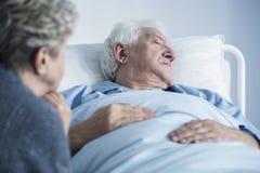Hombre agonizante en el hospital foto de archivo libre de regalías