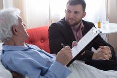 Hombre agonizante y testamento fotos de archivo libres de regalías