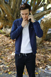 Hombre agotador en el teléfono Fotografía de archivo libre de regalías