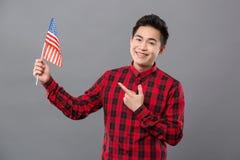 Hombre agradable encantado que muestra la bandera de los E.E.U.U. Fotos de archivo libres de regalías