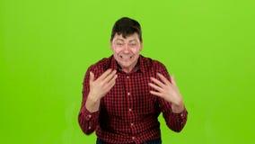 Hombre agresivo, él está enojado en absoluto y no puede ser parado Pantalla verde almacen de metraje de vídeo