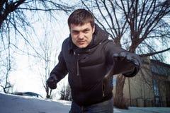 El hombre enojado quiere asirle. Imágenes de archivo libres de regalías