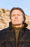 Hombre al aire libre de mirada pensativo Imagen de archivo