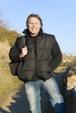 Hombre al aire libre sonriente feliz imagenes de archivo