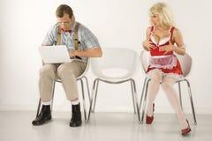 Hombre al lado de distraer a la mujer. Imagenes de archivo