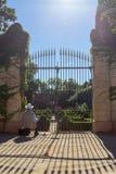 Hombre al lado de la puerta y del jardín Foto de archivo libre de regalías
