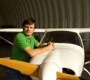 Hombre al lado del pequeño aeroplano Fotos de archivo libres de regalías